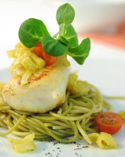 Merluza en Salsa de Manzana y Curry con Espaguetis