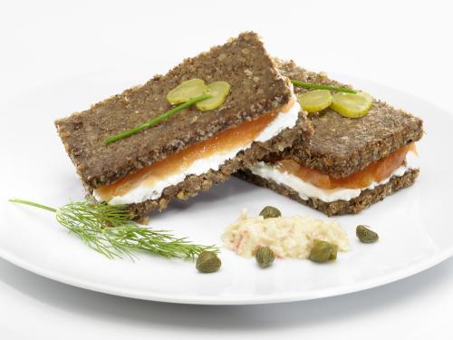 Sandwich de Pan Negro y Salmón Ahumado