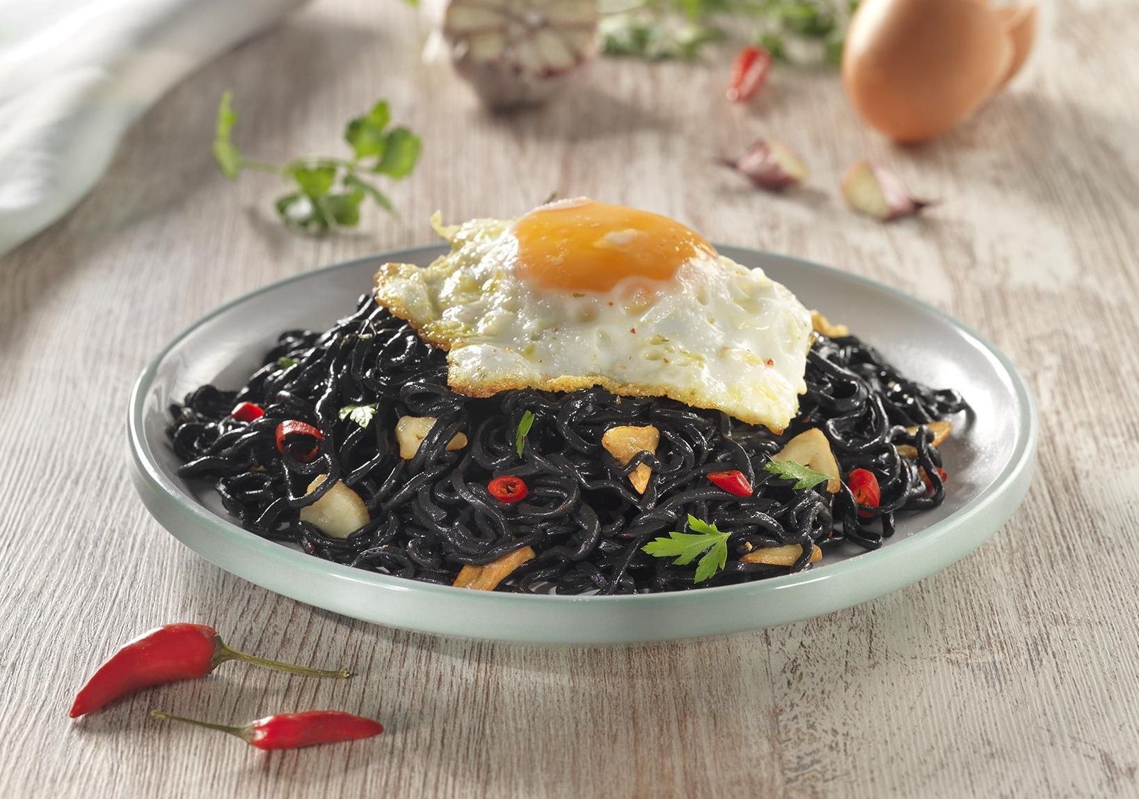 Espaguetis de Merluza con Tinta de Sepia con huevos y guindilla
