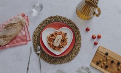 Corazones de Merluza con pasta en salsa de tomate y aceitunas
